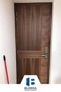 Puerta de seguridad con acabado en nogal fabricado con diseño cruzado