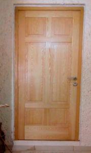 Puerta de alta seguridad con acabado en madera