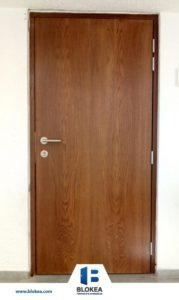 Puerta de seguridad con acabado en madera