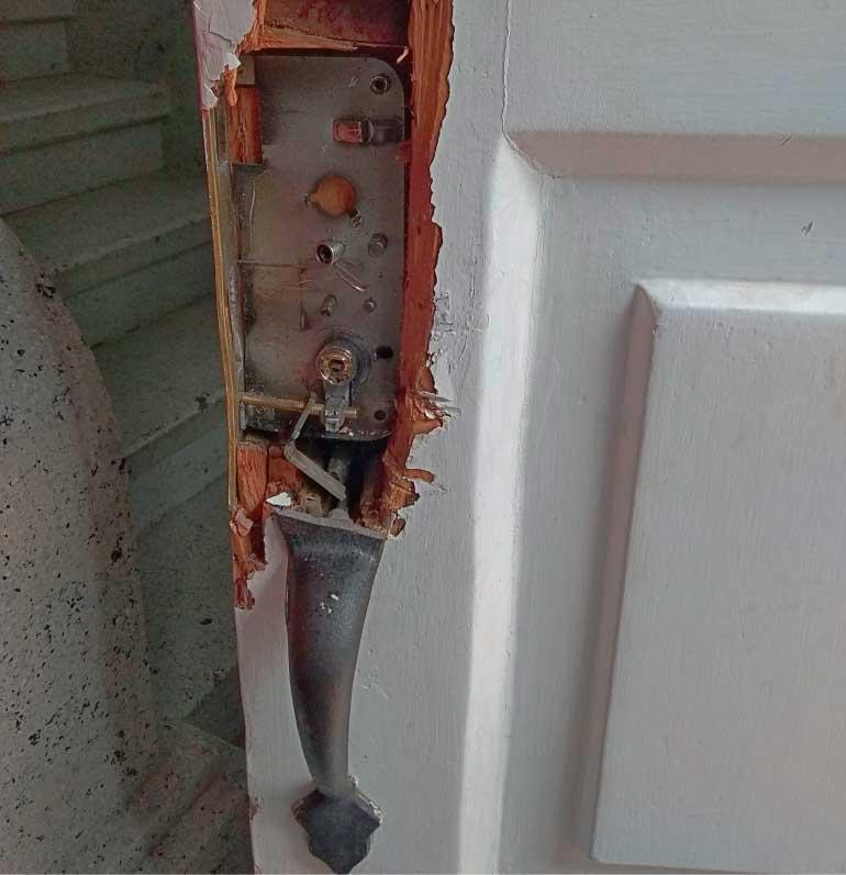 Puerta de madera violada